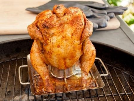 Пиле върху бутилка / кенче бира на фурна - снимка на рецептата